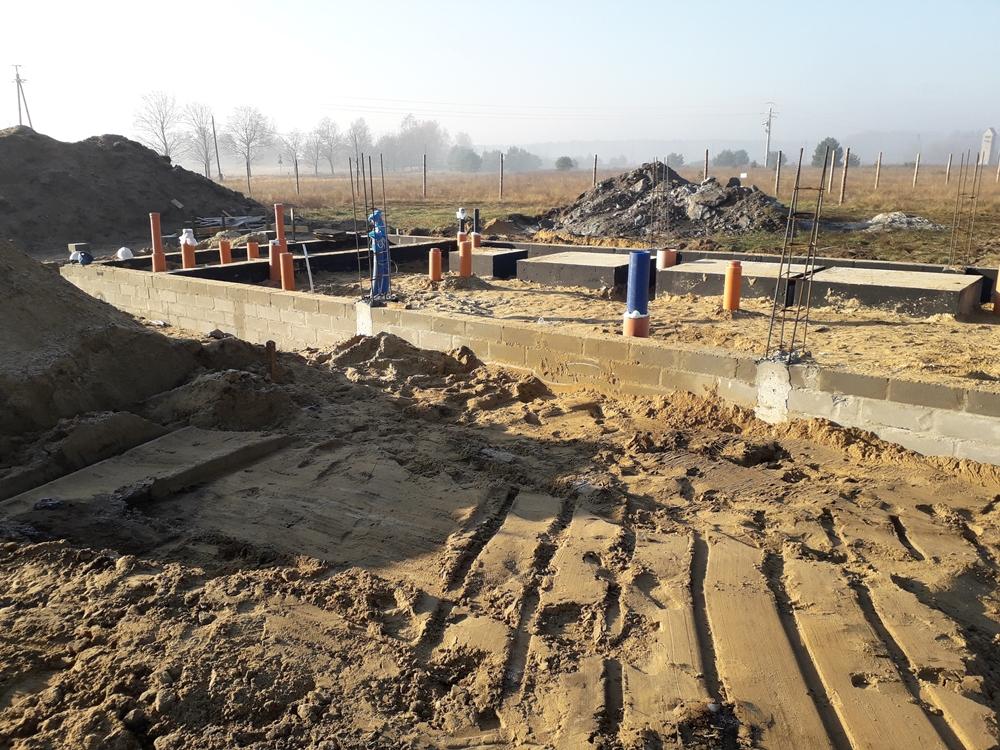Fundamenty wylane, pierwsze rury w ziemi